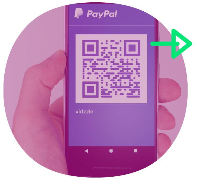 Hand mit PayPal Bezahlapp
